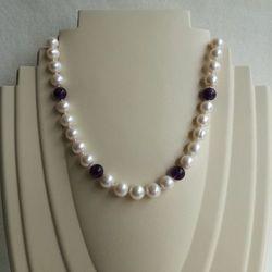 Naszyjnik supełkowany - perły okrągłe białe przeplatane ametystem PES13B-KA07